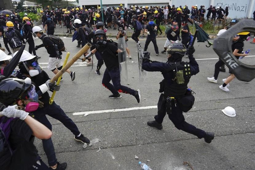 Bentrokan terjadi antara polisi dan demonstran dalam aksi protes di Hong Kong, Sabtu (24/8). Lebih dari 1.000 orang berkumpul di kawasan industri Kwun Tong, Hong Kong untuk menggelar aksi protes lanjutan.