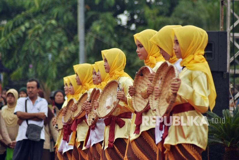 Beragam kesenian tradisional dan hasanah kebudayaan khas Kabupaten Kudus ditampilkan dalam puncak Tradisi Dandhangan, di alun alun Kabupaten Kudus, Jawa Tengah, Rabu (16/5).