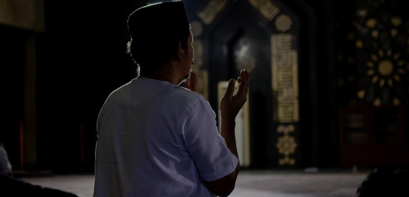 Syekh Syarawi menyatakan karamah wali merupakan perkara yang nyata. Berdoa (Ilustrasi)