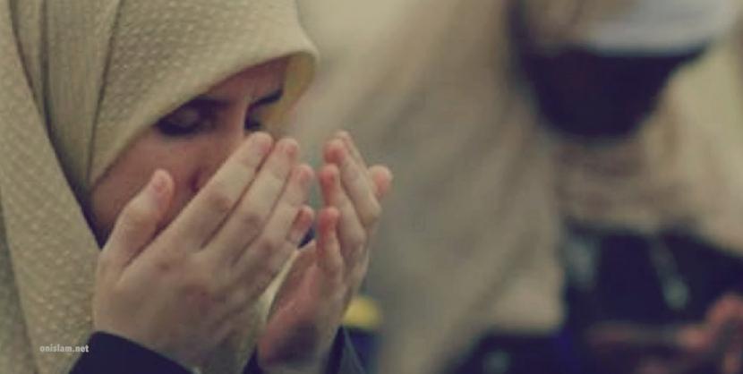 Kisah Abu Thayyib yang Mendoakan 300 Orang Setiap Hari. Foto: Berdoa (Ilustrasi)