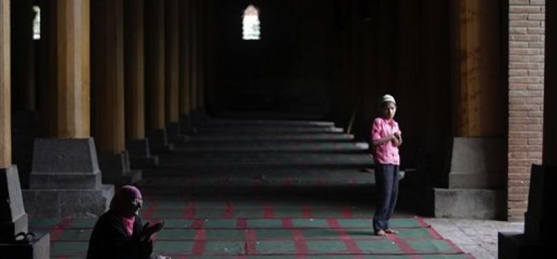 Beribadah di masjid pada bulan Ramadhan, ilustrasi