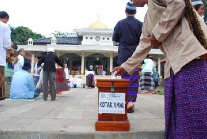 berinfak melalui kotak amal di masjid. ilustrasi