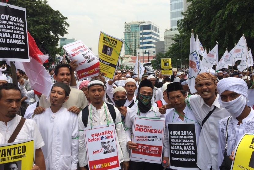 Berjalan dari arah Tugu Tani menuju Jl Medan Merdeka Barat pada Jumat (4/11) siang, massa Aksi Bela Islam II membawa poster berisikan tuntutan penuntasan proses hukum dugaan penodaan agama oleh Basuki Tjahaja Purnama (Ahok).
