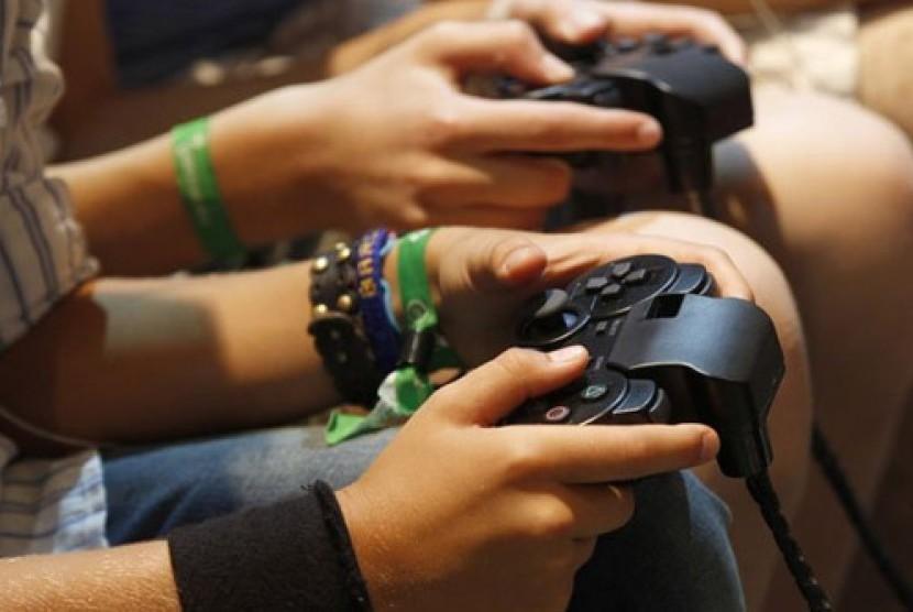 Bermain video game.