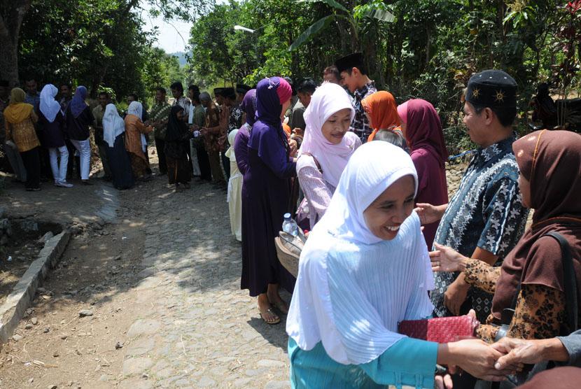 Bersalaman saling memaafkan di hari Idul Fitri. (ilustrasi)