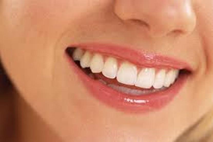 Bersihkan gigi minimal dua kali sehari untuk mencegah karies.