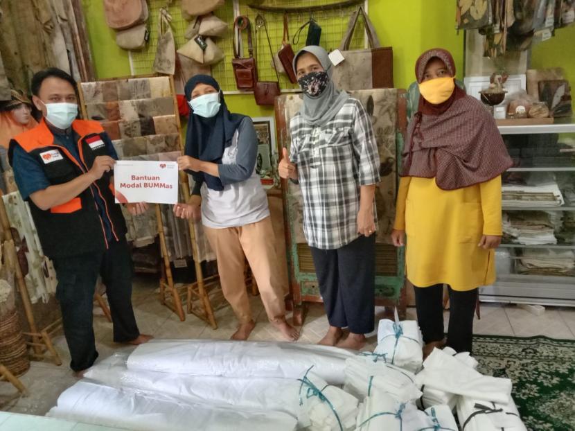 Bertempat di basecamp Eco.J, Rumah Zakat melalui Indra Suryanto selaku relawan menyalurkan bantuan modal kepada Badan Usaha Milik Masyarakat (BUMMAs) ECO.J pada Rabu (15/9). Menurut Mbak Yanti, salah satu penggerak ECO.J, bantuan tersebut akan diwujudkan beberapa jenis kain seperti Primisima, Katun Sutra dan juga rayon.