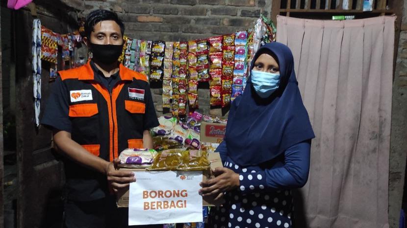 Bertempat di Desa Negeri Sakti, Kecamatan Gedung Tataan Kabupaten Pesawaran, relawan Rumah Zakat memborong sembako di warung usaha kecil lalu membagikan kepada yang berhak menerimanya.