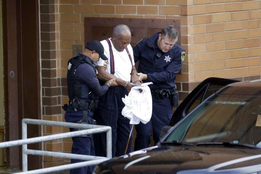 Bill Cosby saat hendak dibawa menuju penjara untuk menjalani vonis hukuman tiga sampai 10 tahun akibat pelecehan seksual.