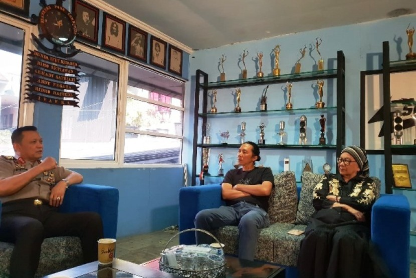 Bimbim Slank didampingi Bunda Iffat menerima kunjungan Staf Khusus Kapolri Irjen Pol Ike Edwin di Markas Slankers, Jakarta Selatan, Rabu (3/7)