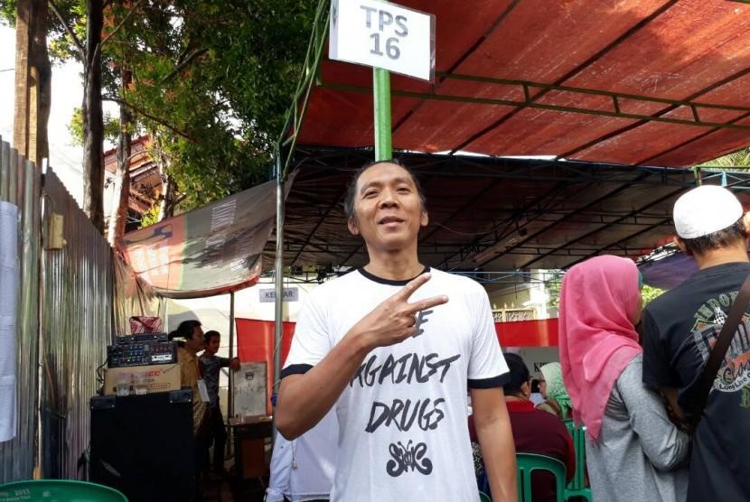 Bimbim Slank menggunakan hak suara di TPS 16 Pancoran, Jakarta Selatan, Rabu (19/4).