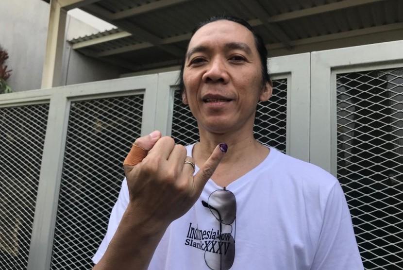 Bimbim Slank usai mencoblos di TPS 31 Kelurahan Duren Tiga, Kecamatan Pancoran, Jakarta Selatan, Rabu (17/4).