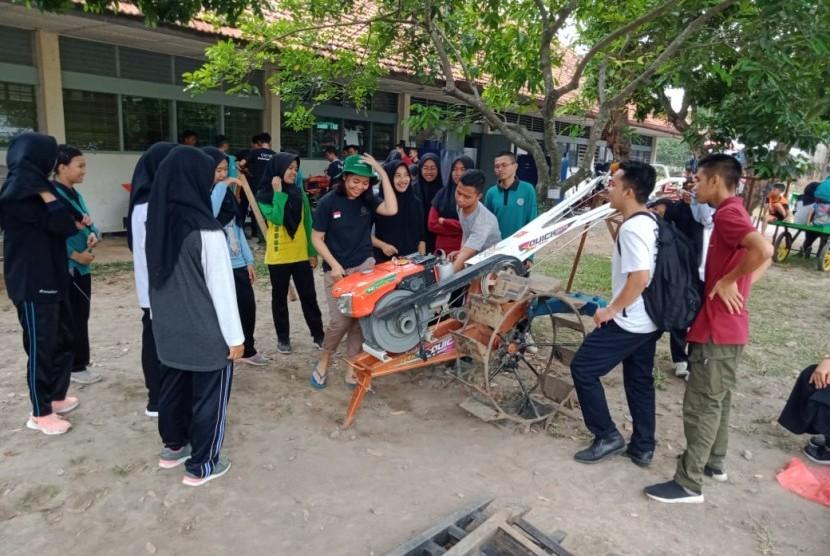 Bimbingan teknis alsintan kepada mahasiswa Polbangtan Yoma.