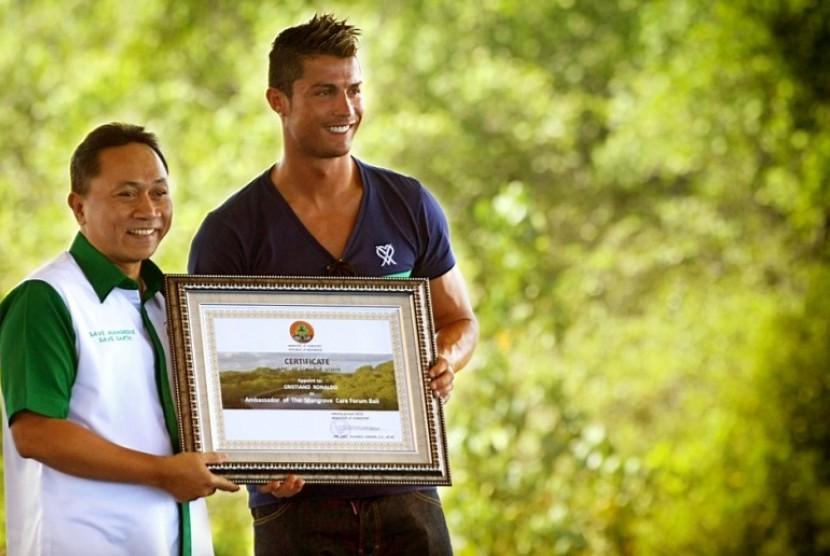 Bintang sepak bola Real Madrid Christiano Ronaldo bersama Menteri Kehutanan Zulkifli Hasan dalam acara tanam bakau di Taman Hutan Raya, Telaga Waja Beno.