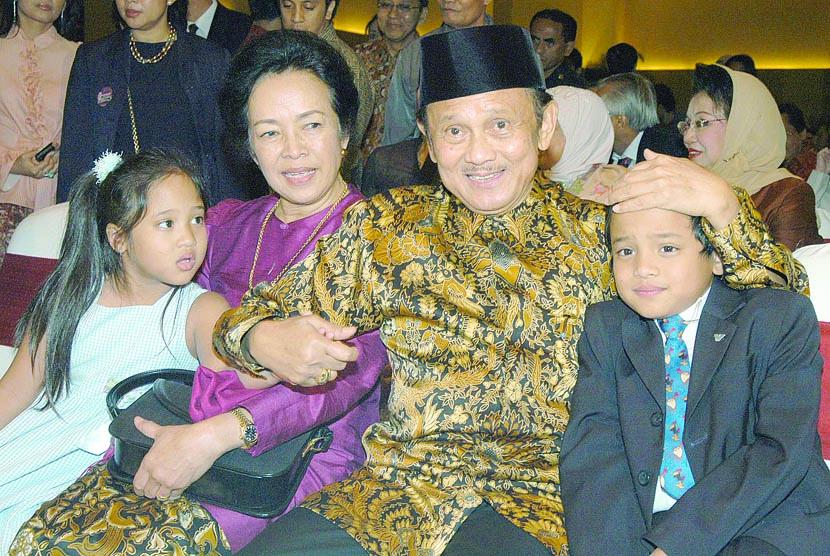BJ Habibie bersama Ainun Habibie dan cucu. (Dok)