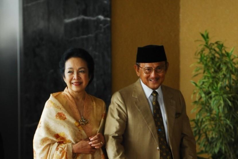 Bj Habibie dengan almarhum istrinya saat masih hidup, Ainun Habibie
