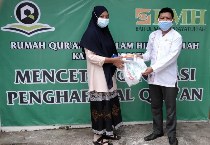 BMH Gerai Pati, Jawa Tengah, memberikan bantuan hand phone dan sepatu kepada Puteri, siswa SMP kelas 2, agar bisa terus sekolah.