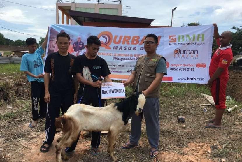 BMH Kepulauan Riau (Kepri) menyalurkan kurban kepada warga penghun rumah liar (ruli) di kawasan Batam.