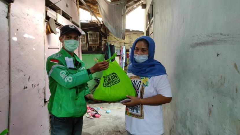 BMH melibatkan ojek online (ojol) untuk mengantarkan paket berkah fitrah kepada para mustahik di Jakarta, Bogor, Depok dan Bekasi (Jabodebek).