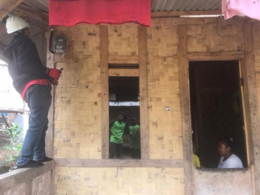 BMH memberikan layanan pemasangan KWH listrik di rumah mualaf Baduy, Kampung Ciater, Kecmatan Leuwidamar,  Lebak, Banten, Kamis (16/9).