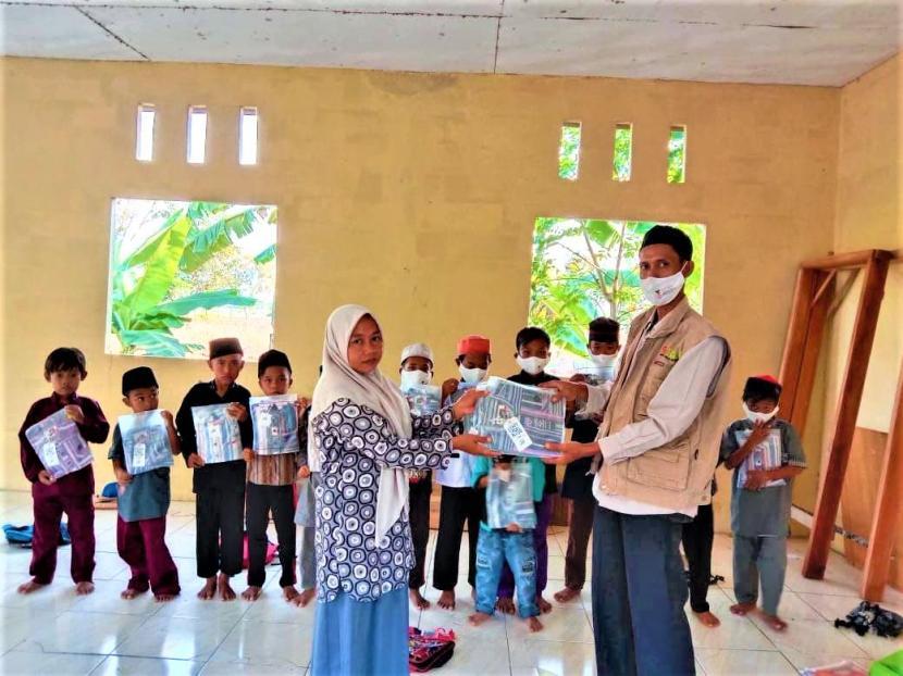 BMH menyalurkan Alquran dan baju Muslim untuk santri RQ Al-Husna Muara Gembong, Bekasi, Selasa  (3/8).
