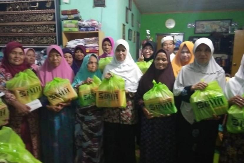 BMH menyalurkan amanah donatur dalam bingkai program 'Berkah Fitrah.'
