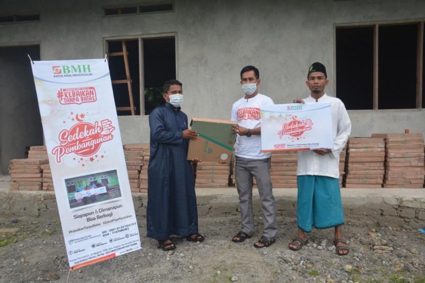 BMH menyalurkan bantuan 165 dus keramik untuk pembangunan asrama santri tahfidz di Dusun Tanah Merah, Maluku Tengah, Senin (10/5).