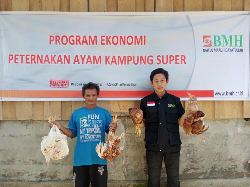 BMH menyalurkan bantuan modal untuk ternak ayam kampung super di SP 11 Sidney Makmur, Kecamatan Sidney, Kabupaten Manokwari, Papua Barat, Ahad  (26/9).