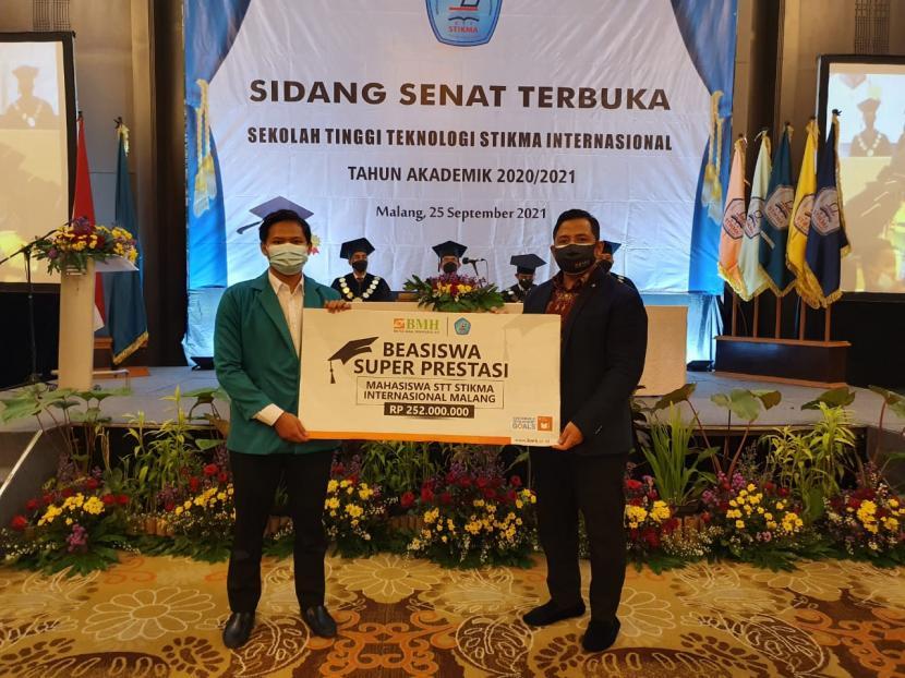 BMH menyerahkan bantuan paket beasiswa Super Prestasi senilai 252 juta yang meliputi biaya pendidikan, biaya asrama dan pengembangan bakat, untuk mahasiswa STT STIKMA Internasional Malang, Sabtu (25/9).