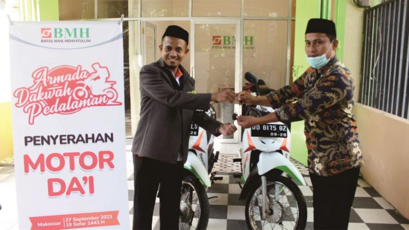 BMH Perwakilan Sulawesi Selatan menyalurkan sepeda motor untuk para dai yang bertugas dakwah di pedalaman Sulawesi Selatan, Senin (27/9).