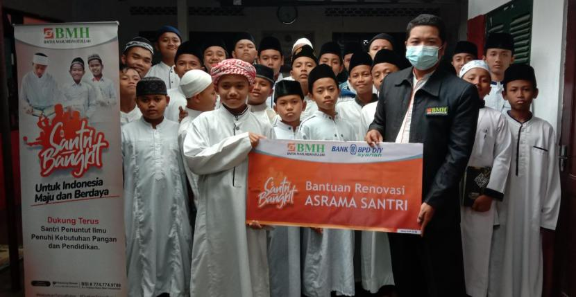 BMH Yogyakarta bersama BPDDIY Syariah menyalurkan bantuan untuk santri pada momentum Hari Santri Nasional, Jumat (22/10).