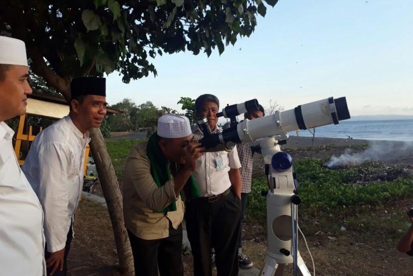 BMKG Mataram bersama Kantor Wilayah Kementerian Agama Nusa Tenggara Barat (NTB) melaksanakan pemantauan hilal di Pantai Loang Baloq, Mataram, NTB, Kamis (14/6).