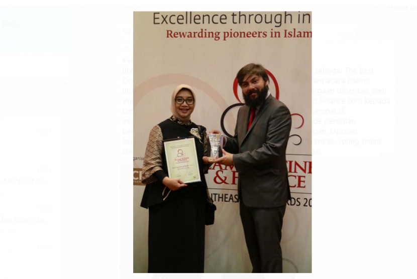 BNI Syariah kembali meraih penghargaan internasional sebagai The Best Commercial Bank kategori sharia bank di Indonesia dalam acara Islamic Business & Finance Southeast Asia Award 2018. Penghargaan diberikan oleh William Mullaly, Editor of the Brand Islamic Business and Finance (kiri) kepada Direktur Bisnis BNI Syariah, Dhias Widhiyati (kanan) bertempat di Intercontinental Hotel, Kuala Lumpur (4/12).