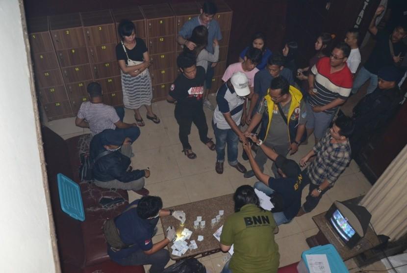 BNNP DKI Jakarta melakukan razia narkoba di diskotek Old City, Tambora, Jakarta Barat, Ahad (21/10) Sebanyak 52 pengunjung diskotek positif narkoba.