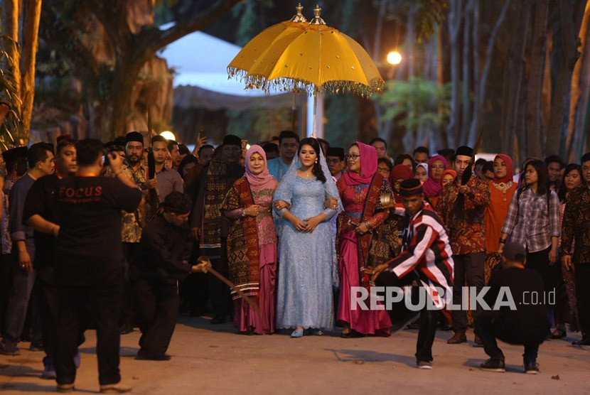 Bobby Nasution-Kahiyang Ayu tiba di kediaman keluarga Bobby di Bukit Hijau Regency, Kompleks Taman Setiabudi Indah, Medan Selayang, Medan, Ahad (19/11) petang. Keduanya disambut acara adat Mandailing, Haroan Boru.