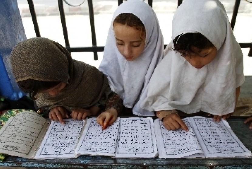 Bocah-bocah ini belajar membaca dan menghapal Alquran.