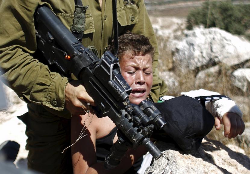 LSM Malaysia Desak Negara Muslim ASEAN Tegas Lawan Israel. Bocah Palestina dalam todongan histeris dalam todongan senjata tentara Israel.