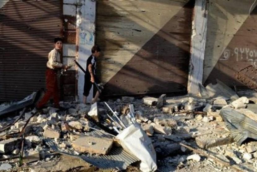 Bocah Suriah berjalan di reruntuhan bangunan di kawasan Idlib, Suriah utara.