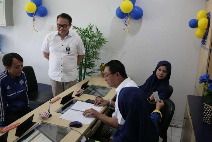 BOD Mandiri Tunas Finance memberikan pelayanan langsung ke pelanggan pada Hari Pelanggan Nasional di Kantor Cabang Lebak Bulus, Jakarta Selatan, Selasa (4/9).