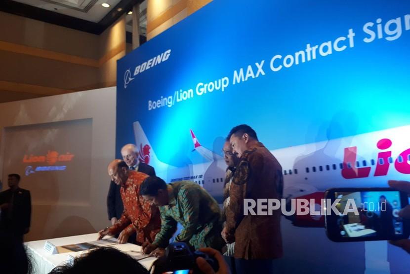 Boeing dan Lion Air Group hari ini mengumumkan, Lion Air Group merealisasikan pembelian 50 Boeing 737 MAX 10 sebagai generasi pesawat terbaru, di Jakarta, Selasa, (10/4).