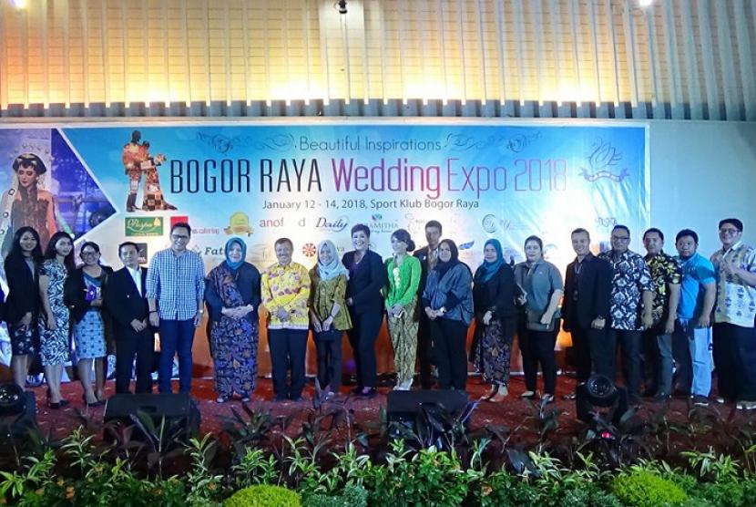 BOGOR -- Kepala Dinas Pariwisata dan Kebudayaan Kota Bogor, Shahlan Rasyidi, membuka pameran Bogor Raya Wedding Expo  di Sport Club Bogor Raya, Bogor, Jumat (12/1). Acara yang sudah diadakan empat kali ini akan berlangsung hingga Ahad (14/1).