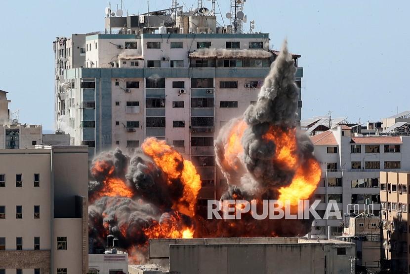 Bola api meletus dari sebuah gedung yang menampung berbagai media internasional, termasuk The Associated Press, setelah serangan udara Israel pada hari Sabtu (15/5). di Kota Gaza.