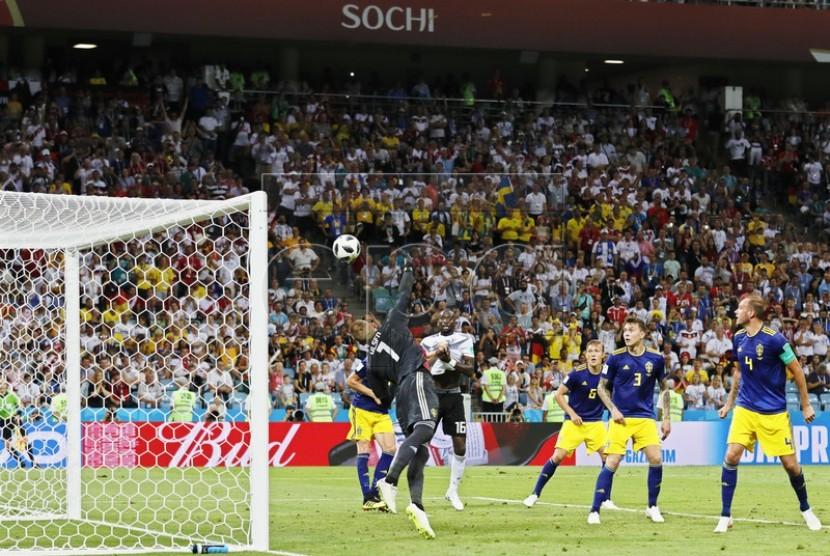 Bola melengkung hasil tendangan bebas gelandang Jerman Toni Kroos gagal dihalau kiper Swedia Robin Olsen.