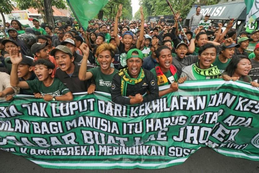 Risma Imbau Bonek Patuhi Larangan Polisi ke Malang