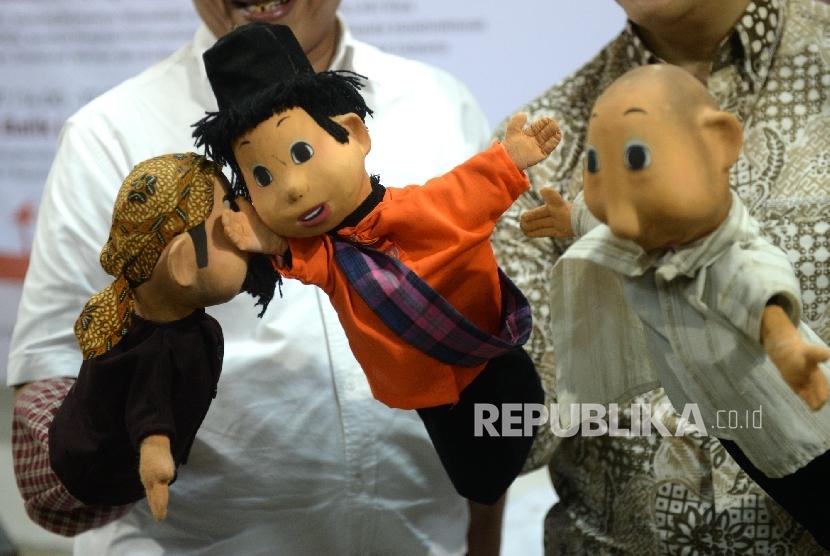 Boneka tokoh Film Petualangan SiUnyil ditampilkan saat peluncuran Film Petualangan Si Unyil di Gedung Produksi Film Negara, Jakarta, Kamis (30/3).
