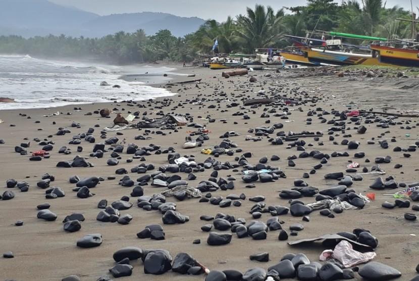 Bongkahan batu bara berserakan di pinggiran Pantai Cipatuguran, Kelurahan/Kecamatan Palabuhanratu, Kabupaten Sukabumi Jumat (10/5). Batu bara itu berasal dari kapal tongkang yang bertabrakan dan terdampar beberapa waktu lalu.