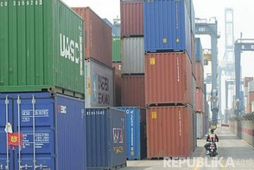Bongkar muat peti kemas ekspor dan impor di pelabuhan. Mayoritas harga komoditas yang diperdagangkan di banyak negara masih menggunakan mata uang dolar AS.
