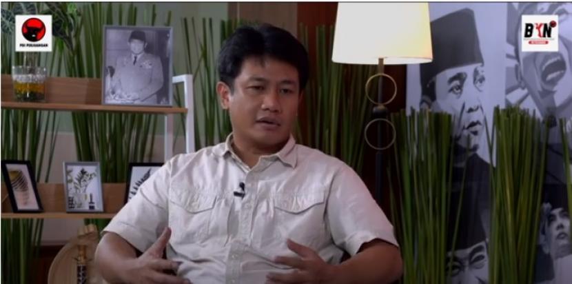 Bonnie Triyana, Sejarawan dan Pimpinan Redaksi Majalah Historia saat menjadi narasumber pada acara 'Talkshow dan Musik Bung Karno Series' yang ditayangkan Badan Kebudayaan Nasional Pusat (BKNP) PDI Perjuangan.
