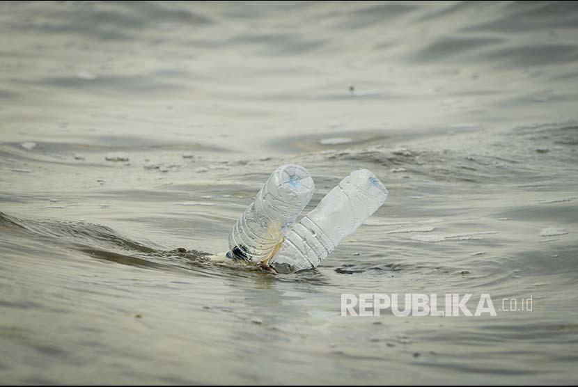 Botol air mineral dalam kemasan merupakan salah satu sampah plastik terbanyak.