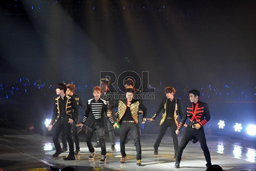 Boy band asal Korea Super Junior saat tampil pada konser Super Show 5 di Mata Elang Internasional Stadium (MEIS) Ancol, Jakarta, Sabtu (1/6).